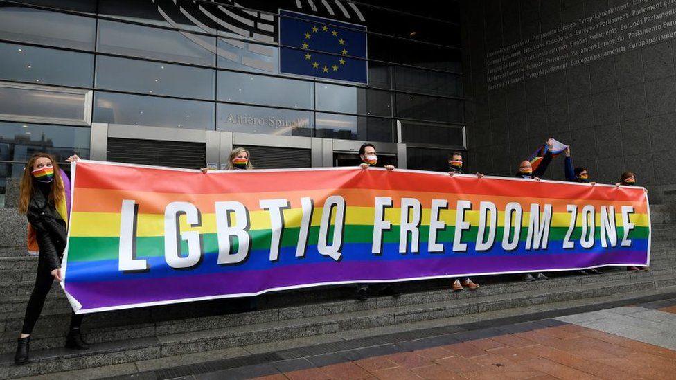 """Europarlament vyhlásil územie EÚ za """"zónu slobody pre LGBTIQ"""". Niektorí europoslanci skrátka už nevedia čo so sebou a to, že EÚ nie je oficiálne """"LGBTIQ zóna"""" ich trápi najviac na svete. Úbohé, ale reálne. Toto uznesenie je reakciou Bruselu na konzervatívnu politiku Poľska a Maďarska, ktoré tejto ideológii nechcú ustúpiť a zavádzajú zákony na ochranu […]"""